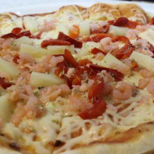 Пицца с креветками и ананасом