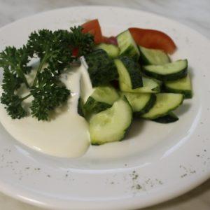 Салат из свежих помидоров и огурцов со сметаной