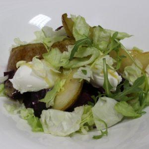 Салат из свеклы с медовой грушей и мягким сыром