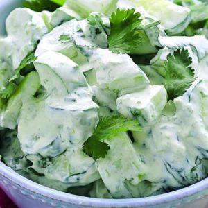 Салат из свежих огурцов со сметаной