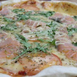Пицца с семгой и рукколой