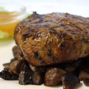 Стейк из свинины с клюквенным соусом