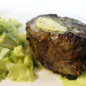 Стейк из говядины с салатным миксом и зеленым маслом 10
